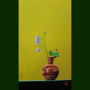 Små klokkeblomster og smultron i en lille vase